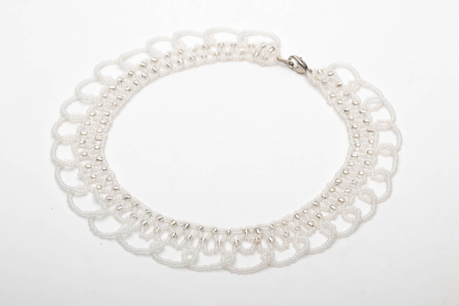 White beaded necklace photo 3