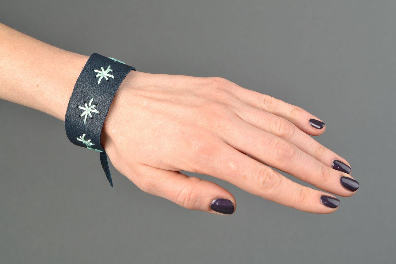 Blue leather bracelet with pattern photo 2