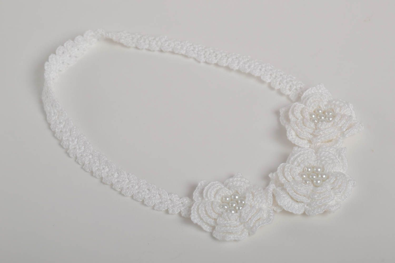 Белая стильная повязка на голову ручной работы вязаная крючком с бусинами фото 5