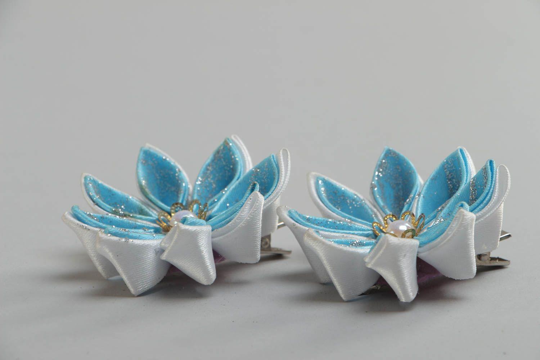 Набор заколок для волос из атласных лент хэнд мэйд в виде голубых цветов 2 шт фото 3