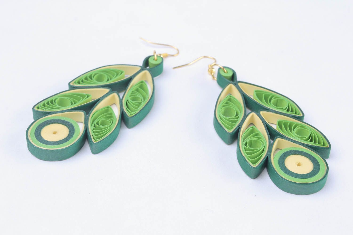 Long paper earrings using the quilling technique photo 4