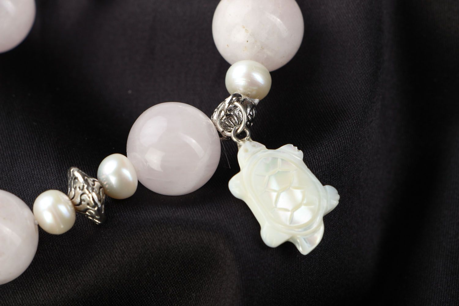 Natural stone bracelet with quartz and pearls photo 3