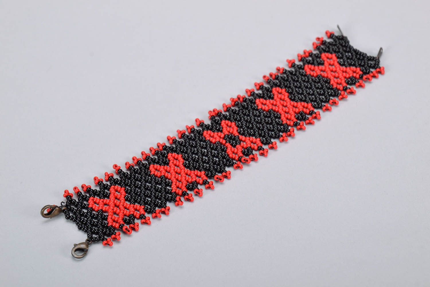 Wide red and black beaded bracelet photo 4