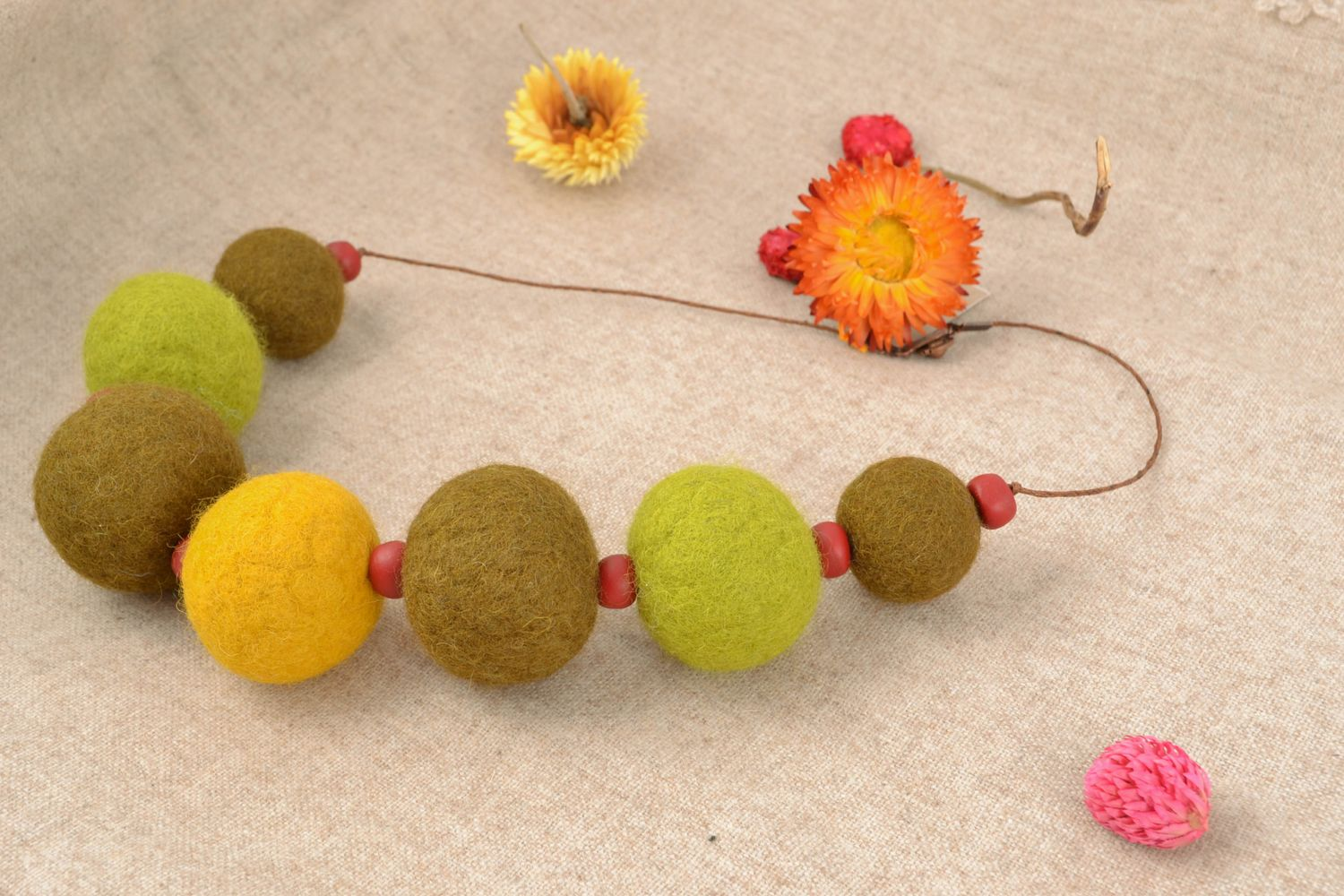 Large wool bead necklace photo 1