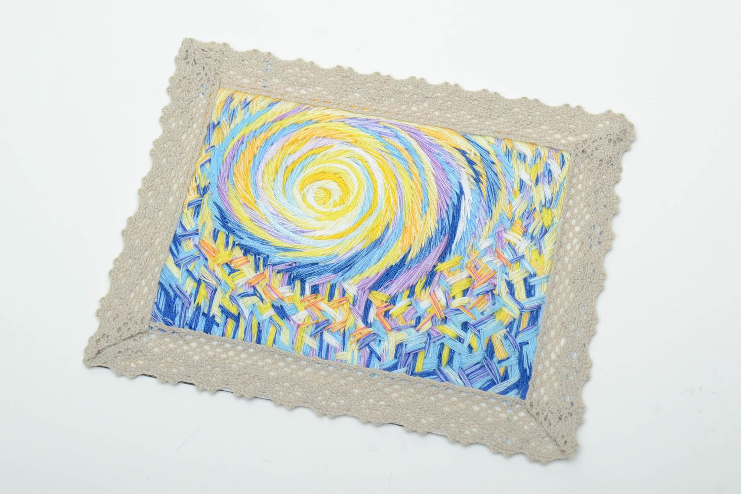 Satin stitch embroidered magnet picture with lace photo 2