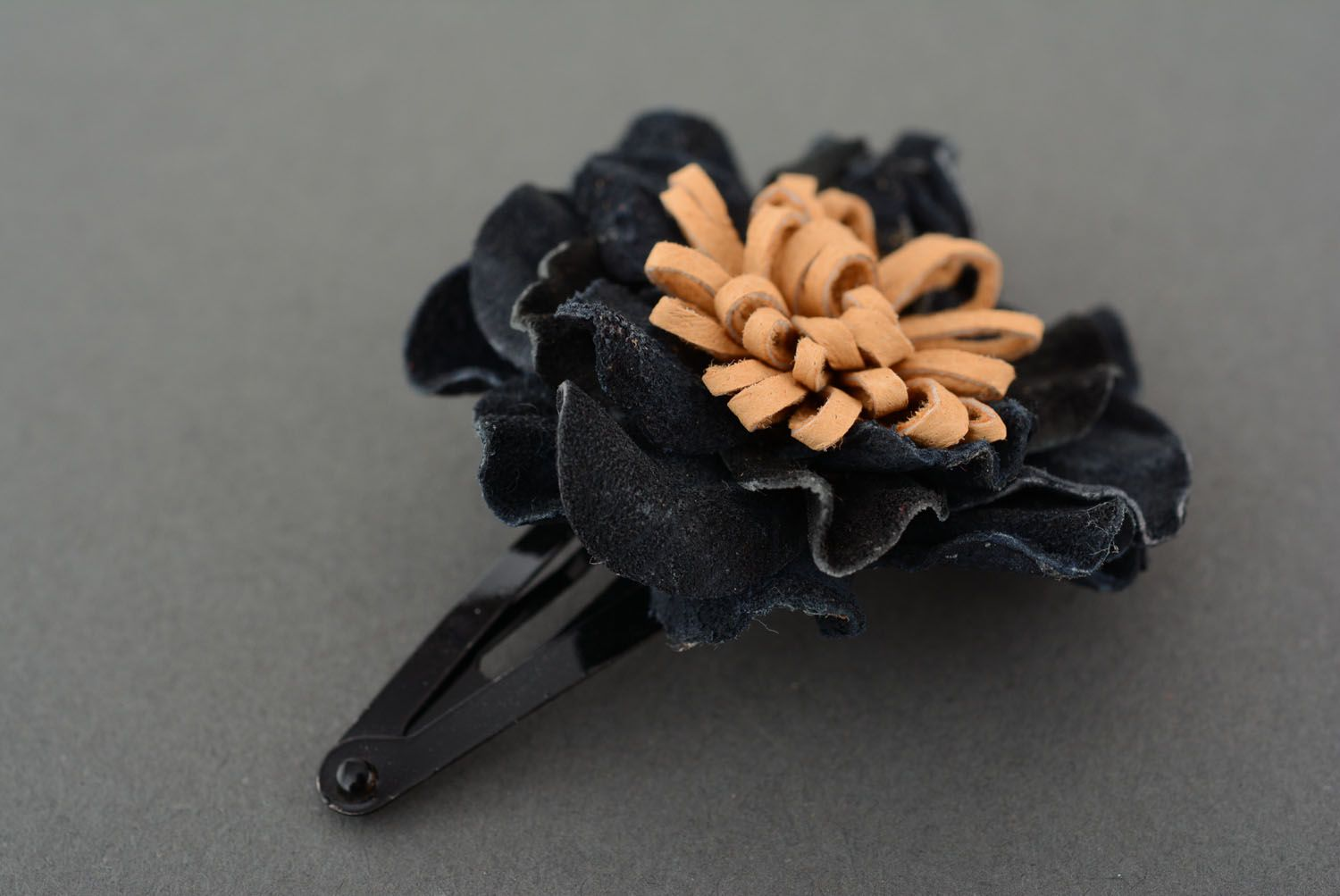 Small hair clip with leather flower photo 2