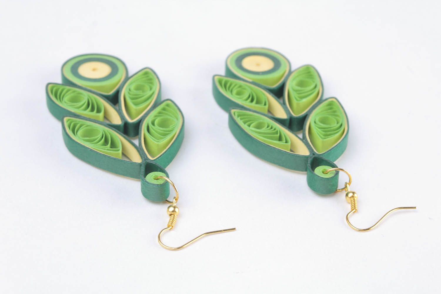 Long paper earrings using the quilling technique photo 2