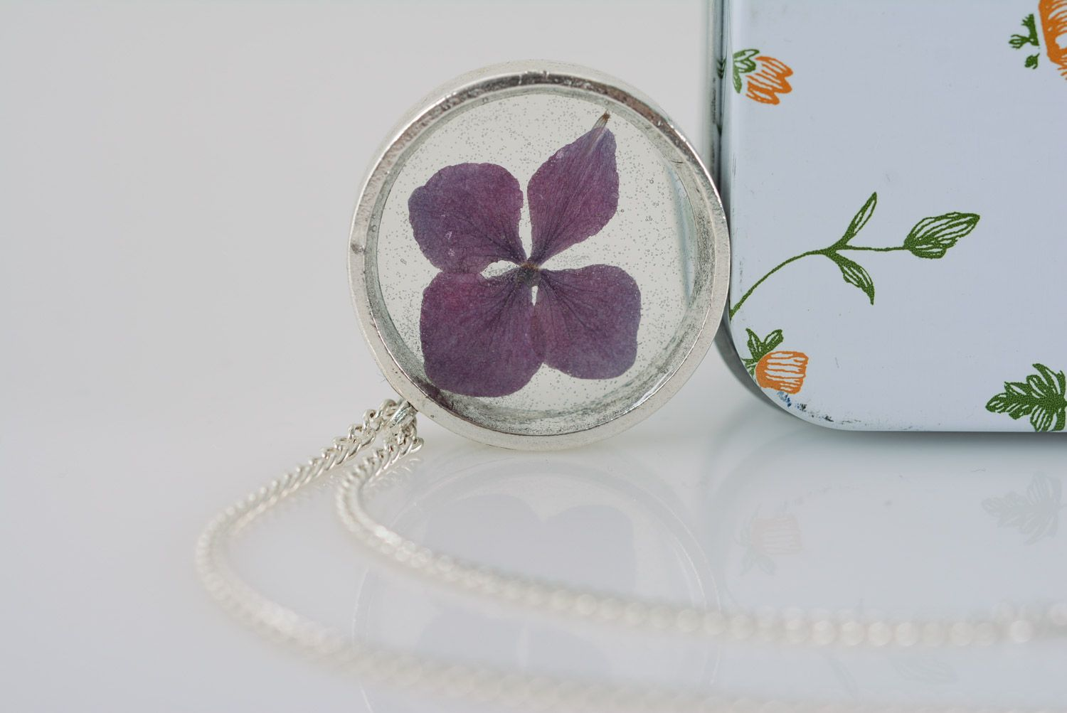 Handmade women's botanical pendant with real violet flower coated with epoxy photo 1