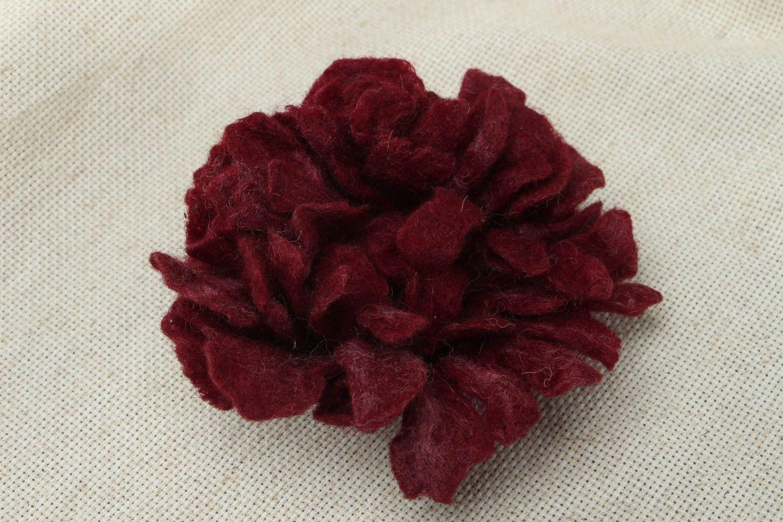 Брошь-заколка из шерсти в виде бордового цветка фото 1