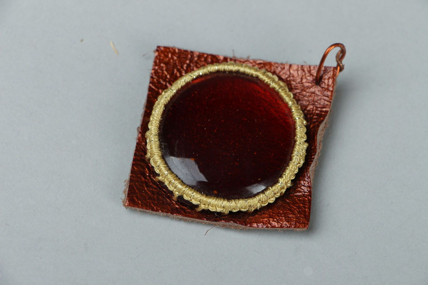 Pendant made of glass and leather photo 1