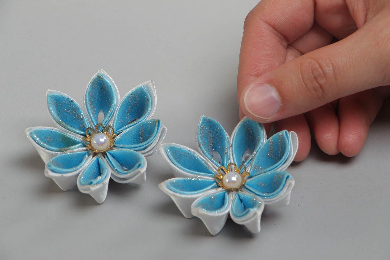Набор заколок для волос из атласных лент хэнд мэйд в виде голубых цветов 2 шт фото 5
