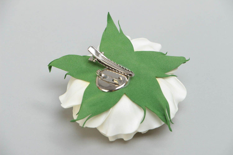 Цветочная брошь заколка из фоамирана ручной работы в виде белой розы нарядная фото 4
