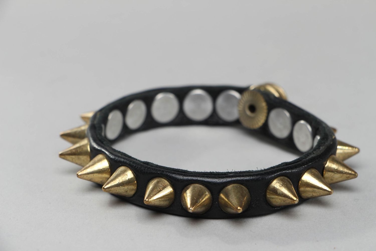 Thin leather bracelet with spikes photo 1