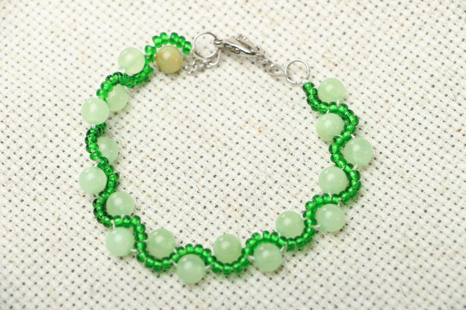 Beaded bracelet with chrysolite photo 1