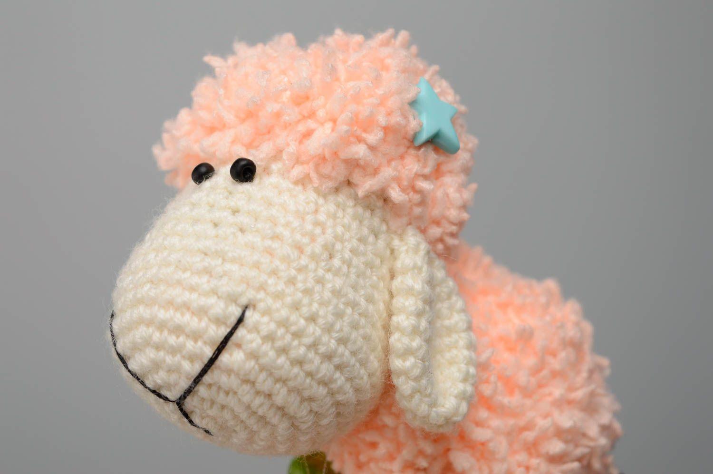 Juguete tejido con forma de oveja foto 2
