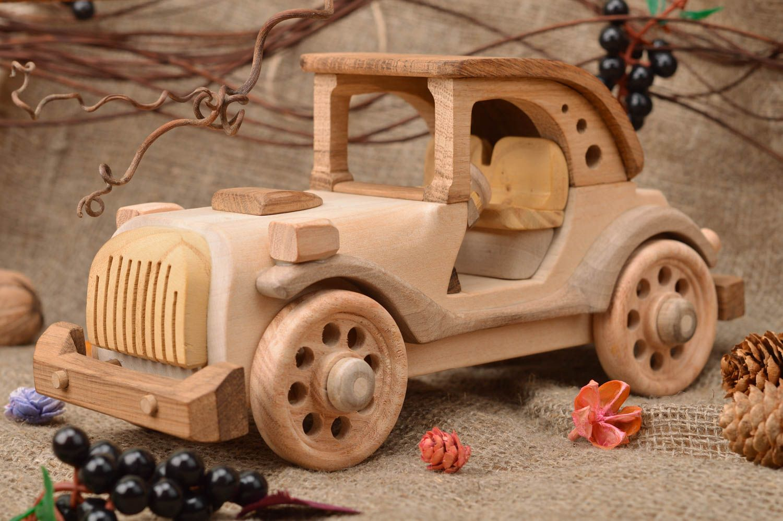 Как сделать своими руками поделку, игрушку из дерева машину?