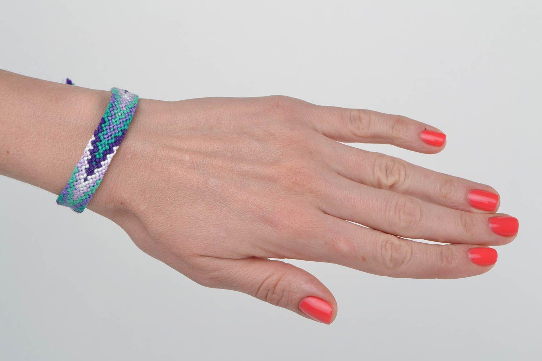 Красивый наручный браслет из ниток в технике макраме ручной работы с регулируемым размером фото 2