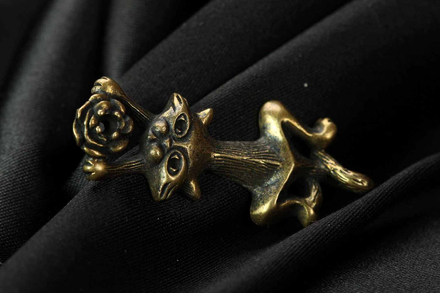 Bronze pendant Cat with a Flower photo 1
