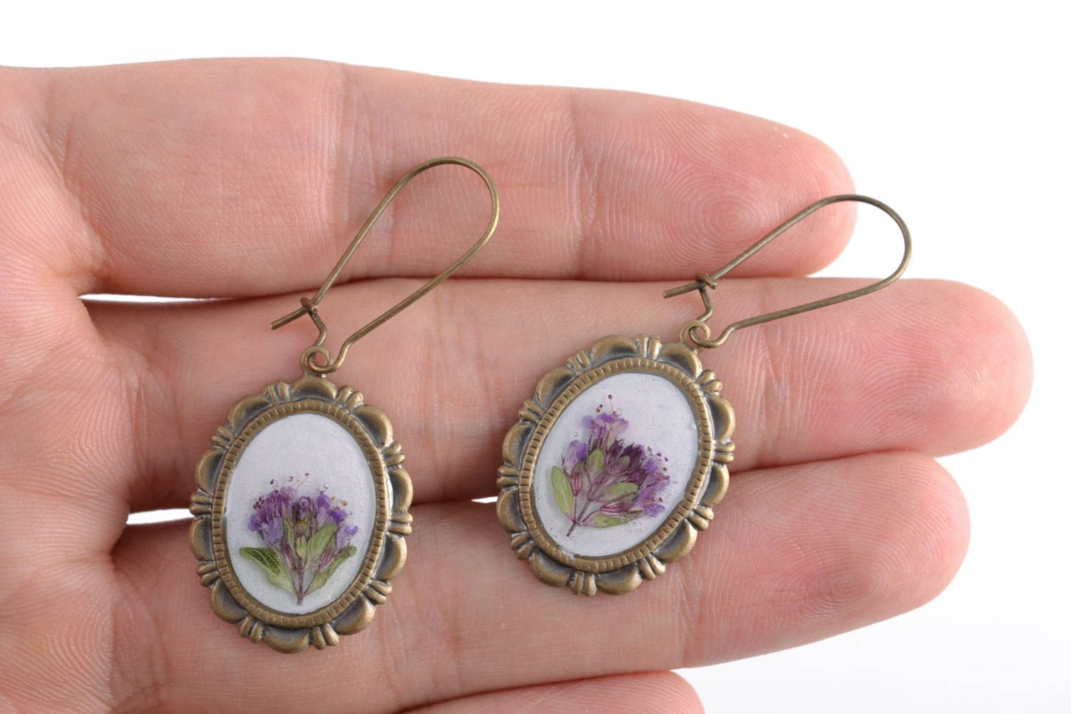 Beautiful women's earrings with real flowers coated with epoxy photo 2