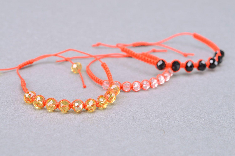 Плетёный браслет из бусин и ниток