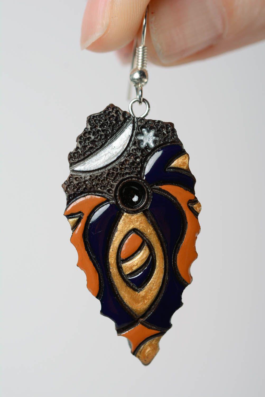 Глиняные серьги расписанные эмалью ручной работы яркие женские в виде листиков фото 3