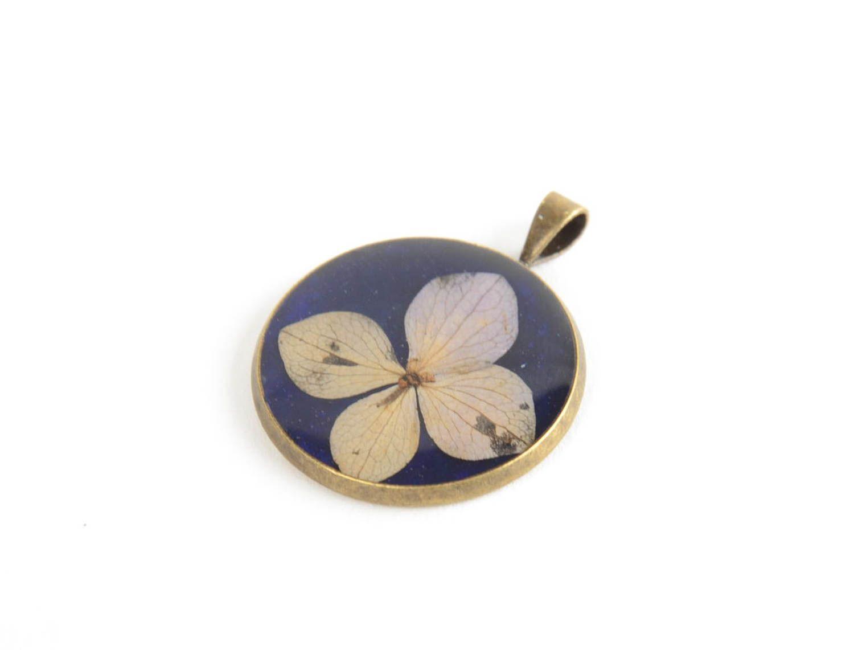 Кулон с эпоксидным покрытием круглый синий с цветком маленький ручной работы фото 5