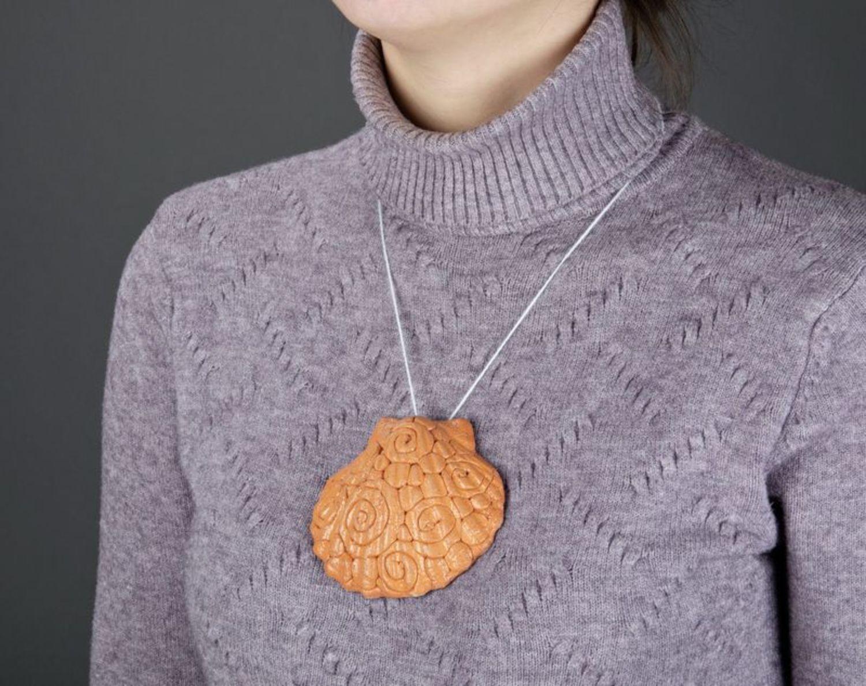 Глиняная подвеска на шею Ракушка фото 4