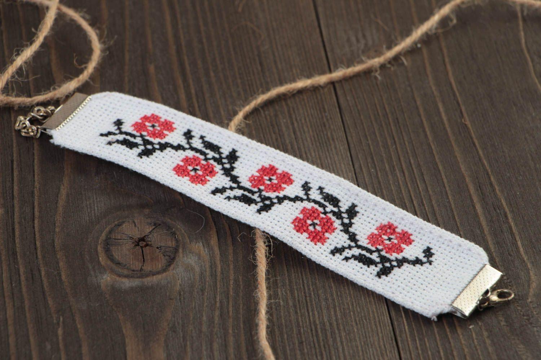 Тканевый белый браслет с вышивкой крестиком ручной работы в этническом стиле фото 1