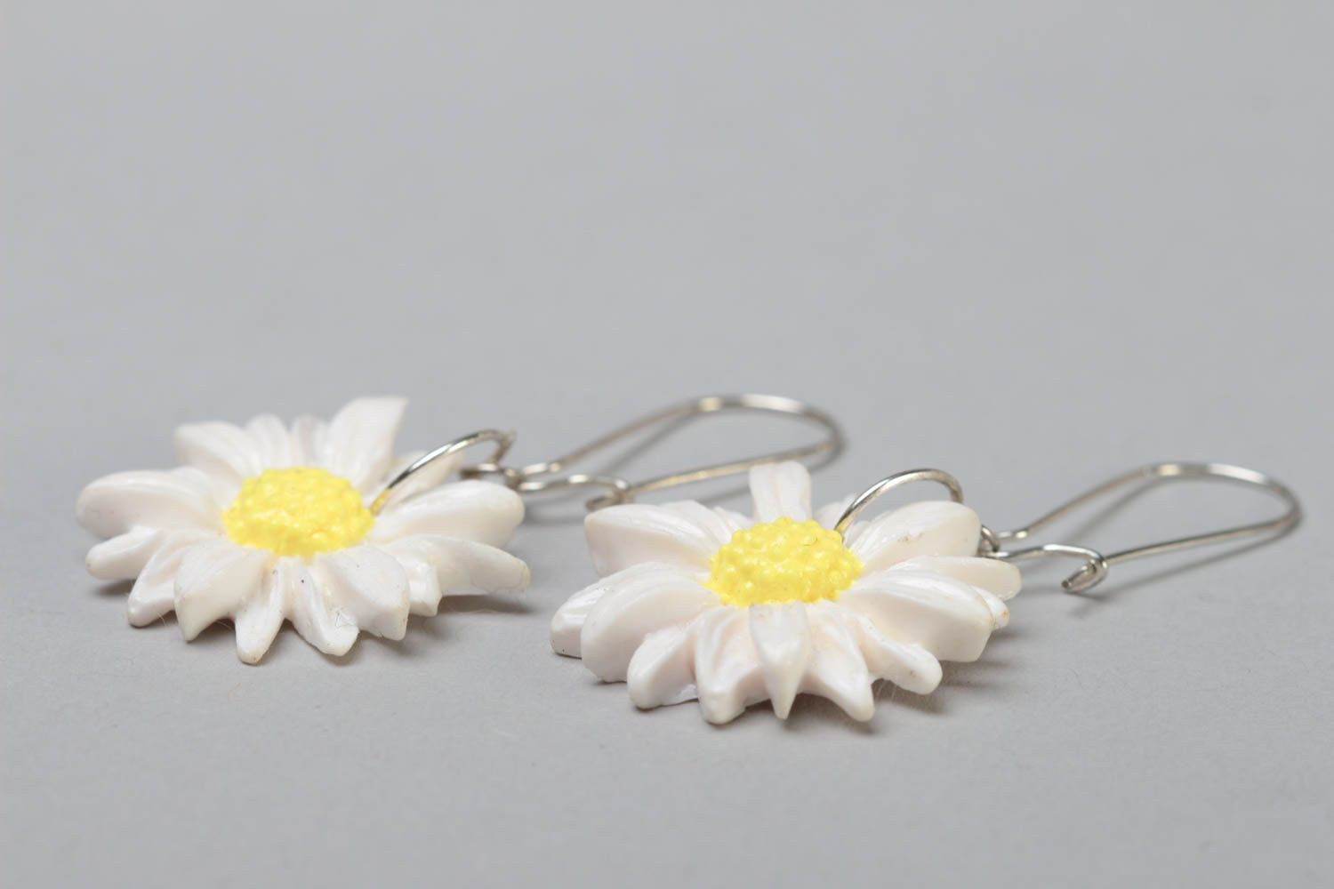 Handmade designer polymer clay dangling earrings with white chamomile flowers photo 3