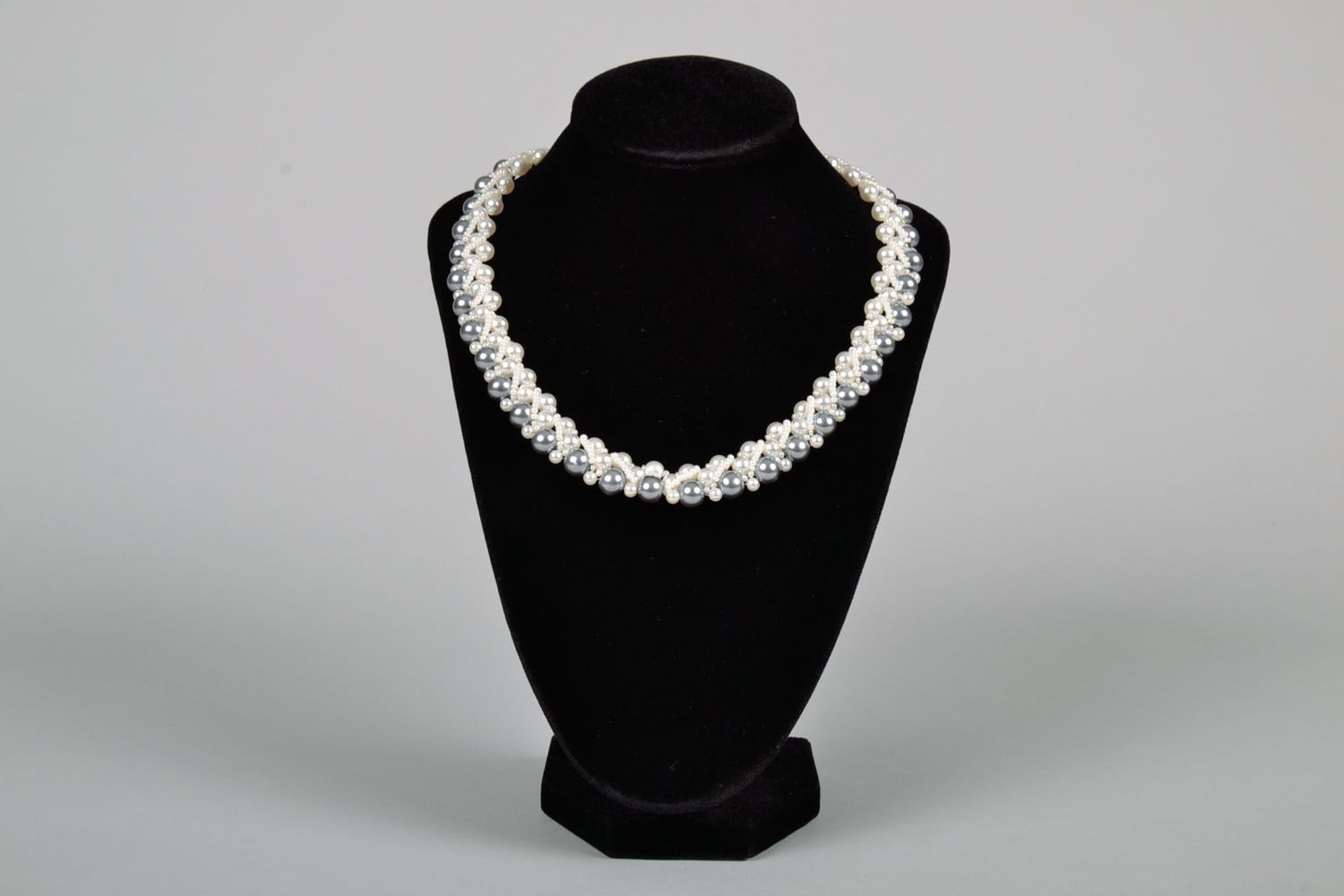 Necklace with artificial pearls photo 2