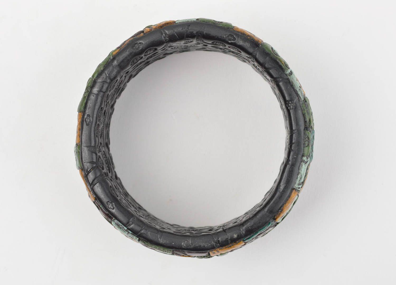 Черный наручный браслет ручной работы из полимерной глины с цветными узорами фото 3
