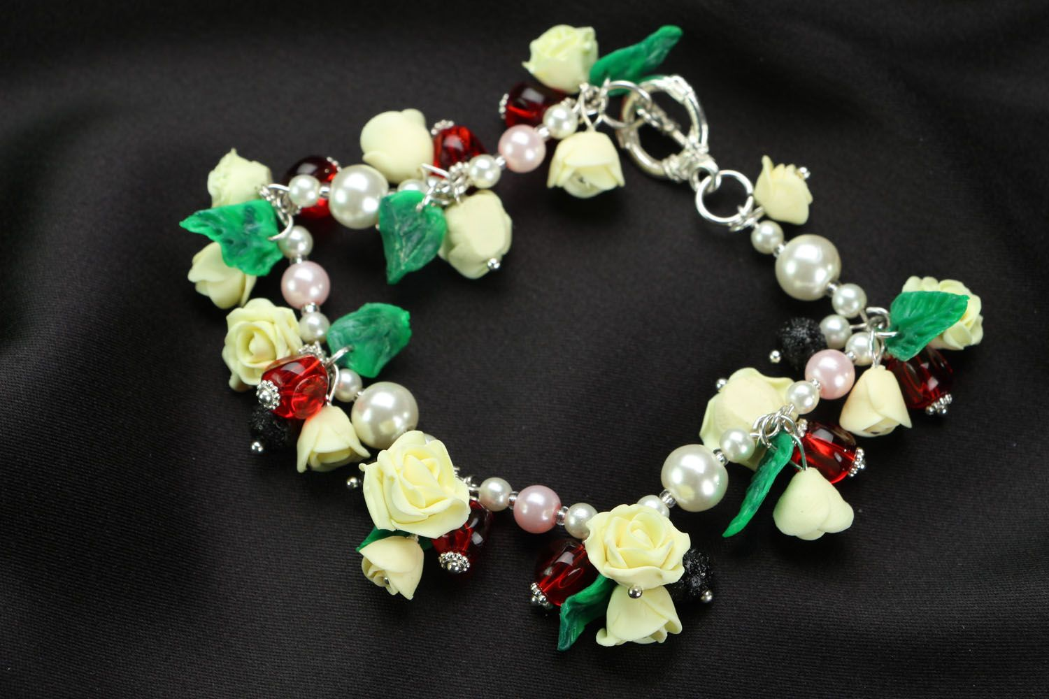 Bracelet with charms in the shape of roses photo 2