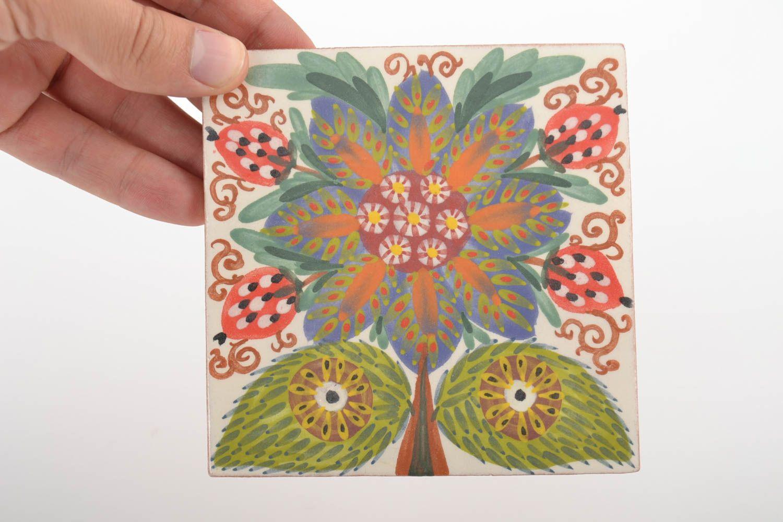 Joli Carreau Céramique Avec Peinture Aux Engobes Fait Main Avec Dessin De Fleur