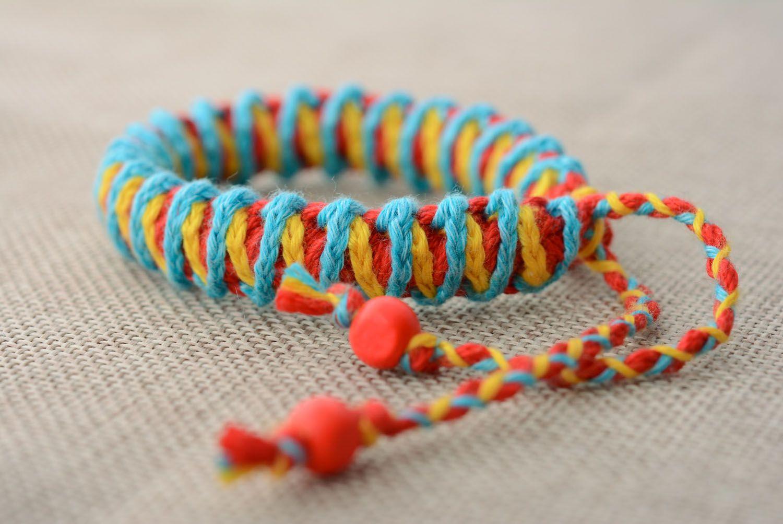 Geflochtenes Armband aus Fäden foto 2