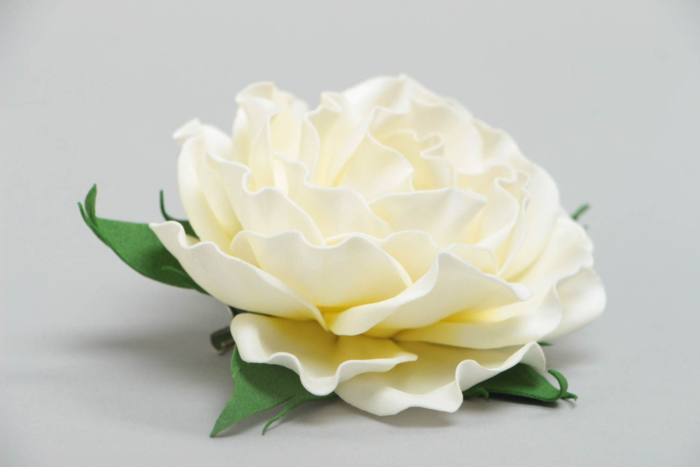 Цветочная брошь заколка из фоамирана ручной работы в виде белой розы нарядная фото 3