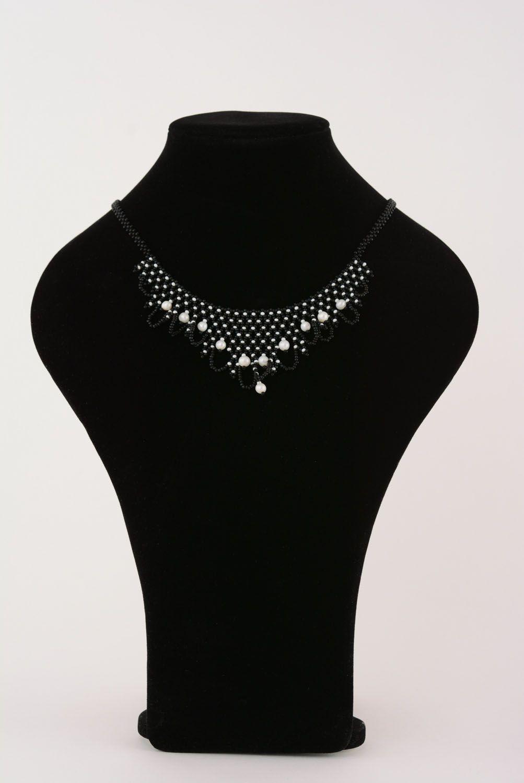 Черное бисерное ожерелье с жемчугом фото 3