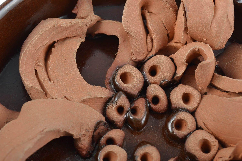 madeheart deko teller aus keramik an wand mit glasur haus interieur handgemacht in braun. Black Bedroom Furniture Sets. Home Design Ideas