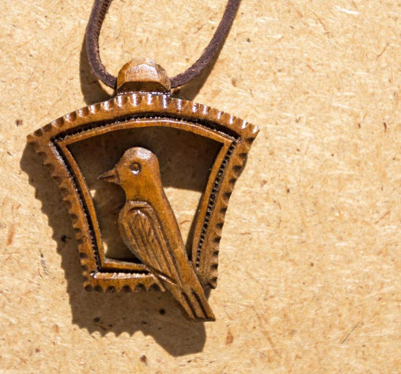 Деревянная подвеска ручной работы Лесная птичка фото 1
