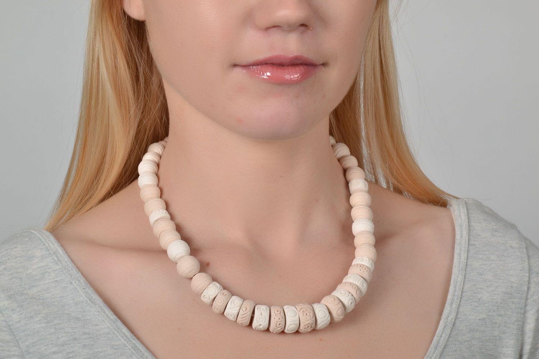 White handmade necklace photo 2