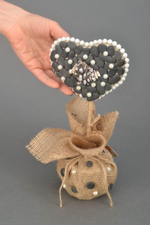 Heart shaped topiary with sea stones photo 2