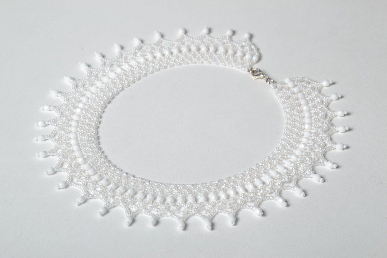White beaded necklace photo 2
