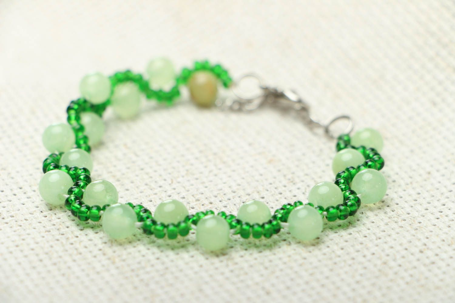 Beaded bracelet with chrysolite photo 2