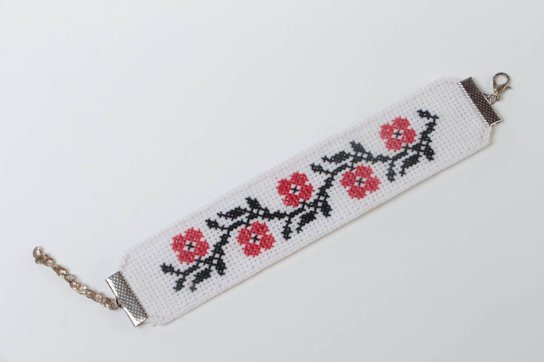 Тканевый белый браслет с вышивкой крестиком ручной работы в этническом стиле фото 2