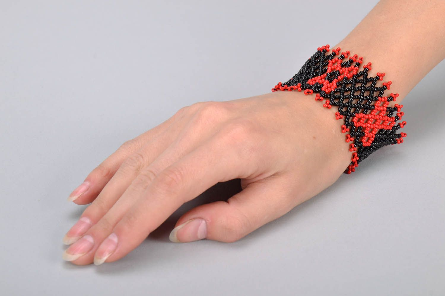 Wide red and black beaded bracelet photo 5