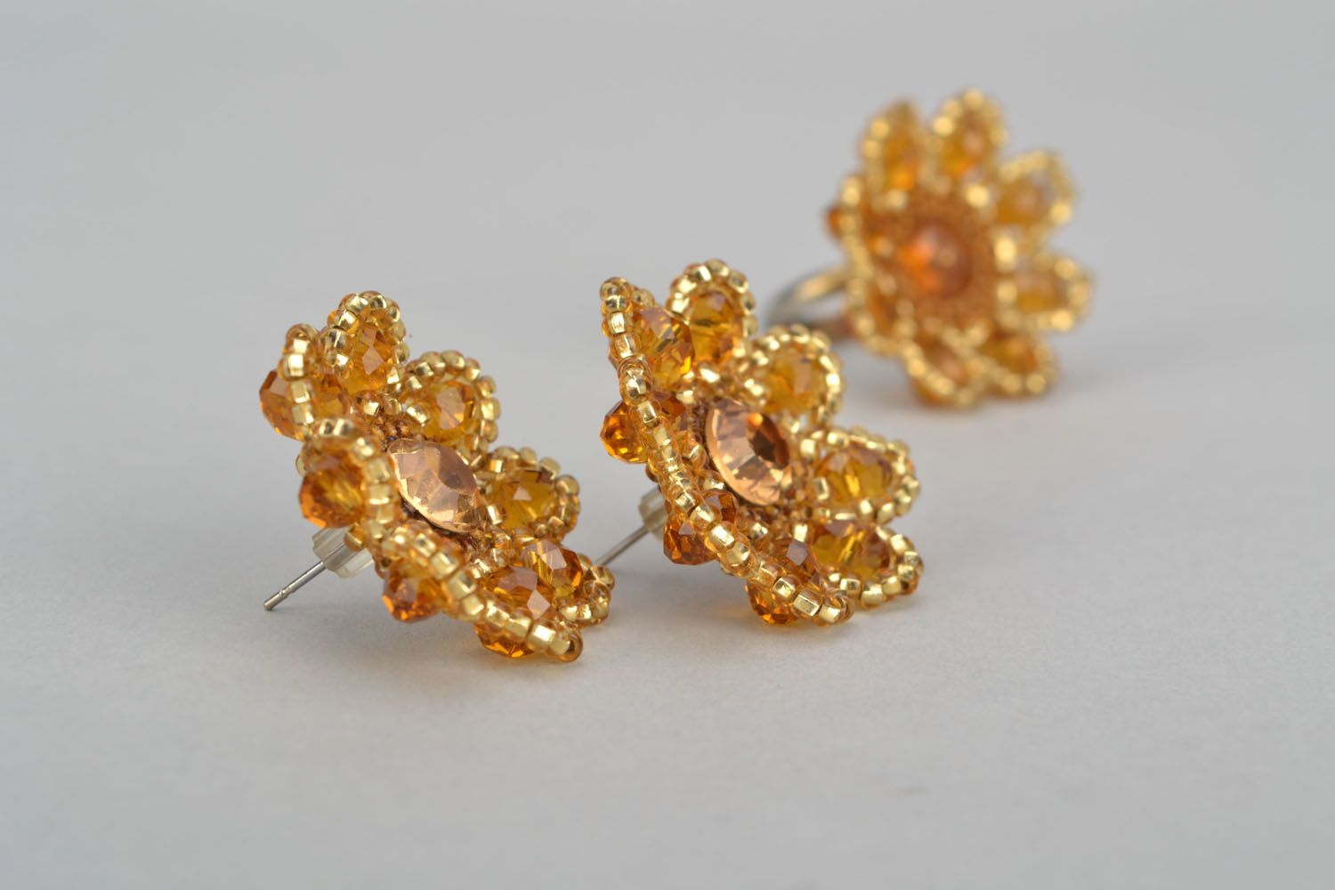 Stud earrings and ring made of beads photo 5