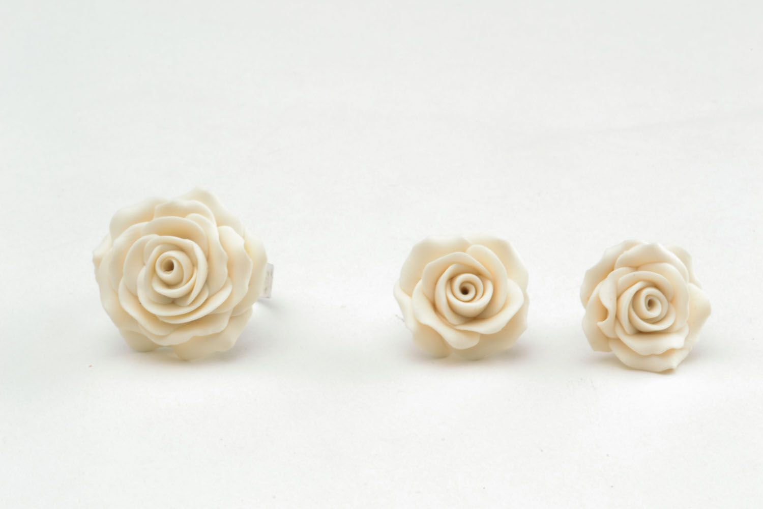 Plastic ring and earrings in the shape of white roses photo 3
