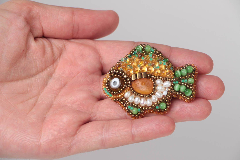 amplia gama Reino Unido auténtico auténtico Broche artesanal con forma de pez bordado con abalorios y piedras naturales