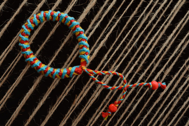 Geflochtenes Armband aus Fäden foto 3