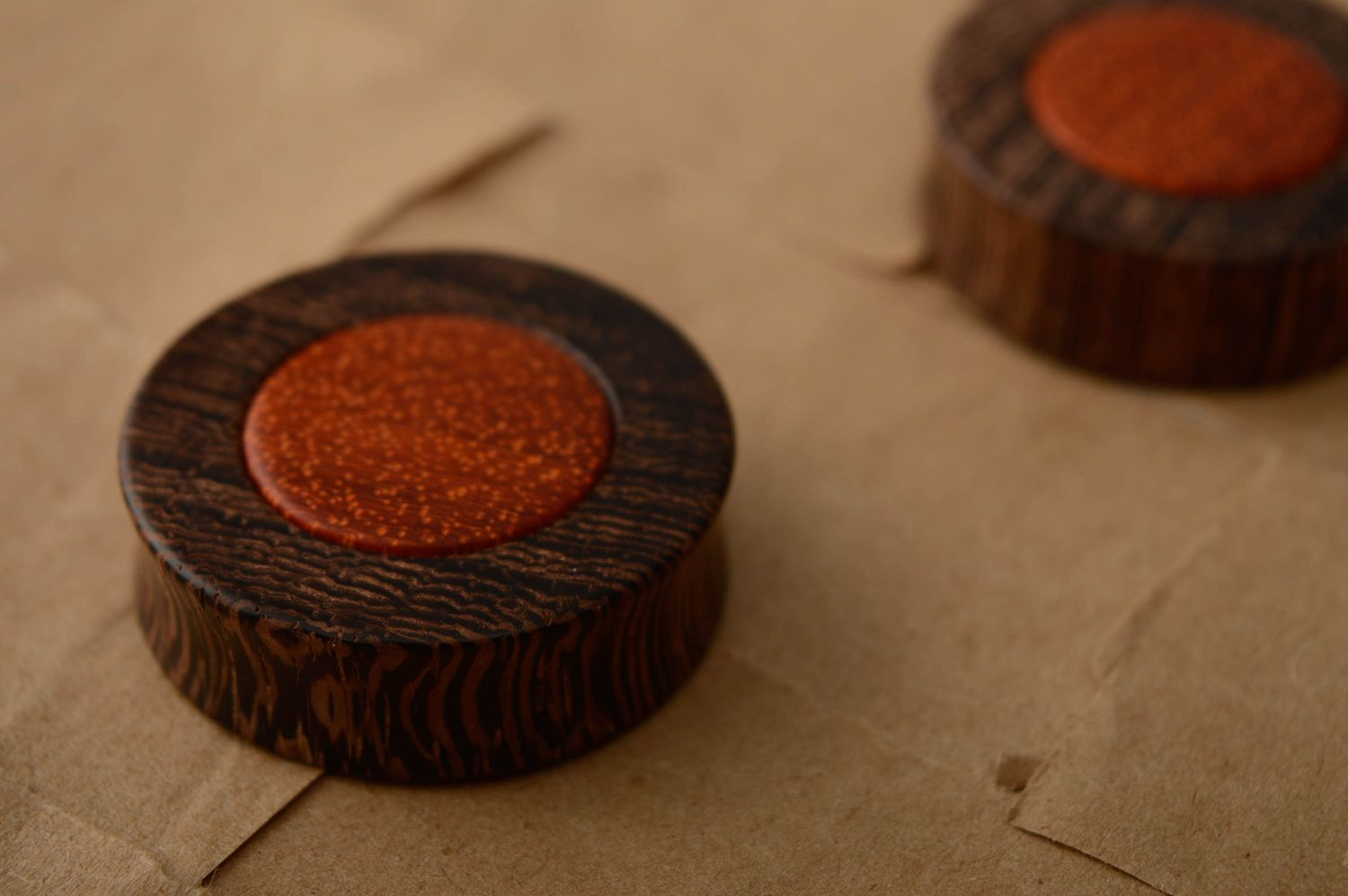 Ear plugs made of venge and padouk wood photo 2