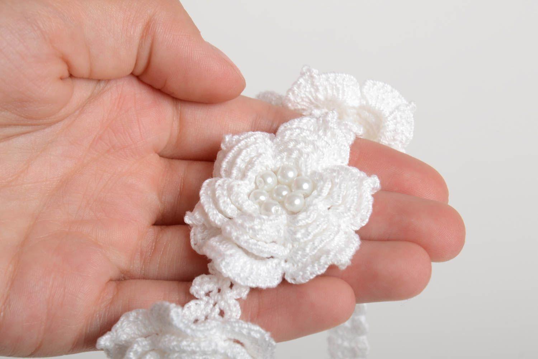 Белая стильная повязка на голову ручной работы вязаная крючком с бусинами фото 2